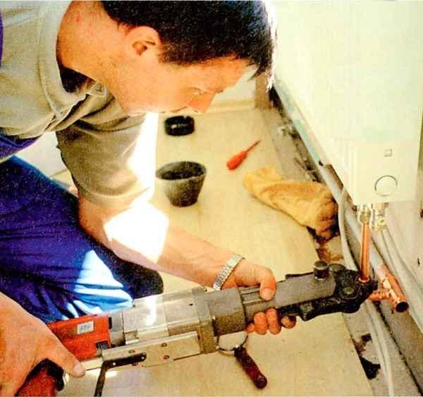 Современные пластиковые трубы можно без каких-либо проблем соединять с металлическими или со стояками из пластика