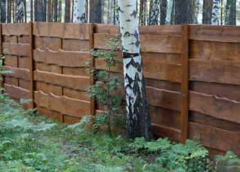 Деревянный забор из необрезной доски: советы по выбору материалов, инструкция по монтажу