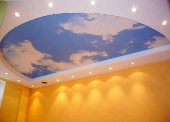 Натяжные потолки в зале фото интерьеров и советы по выбору