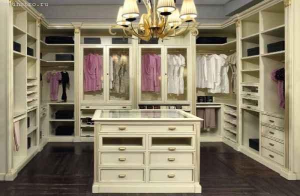 П-образная гардеробная комната - фото