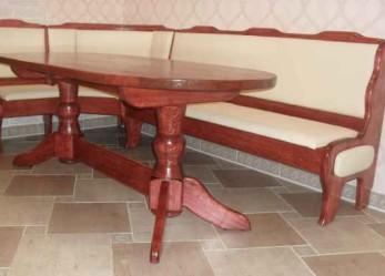 Оригинальный и удобный кухонный уголок из сосновых щитов с овальным обеденным столом