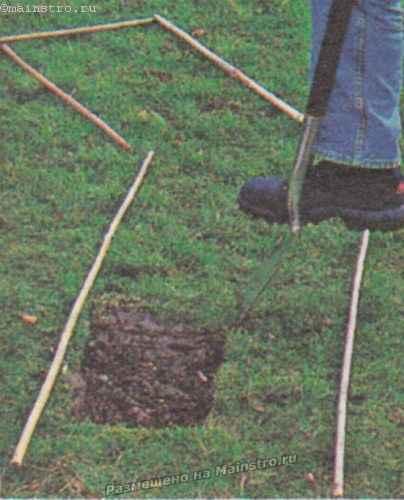 Обозначьте русло будущего ручья рейками или веревкой.