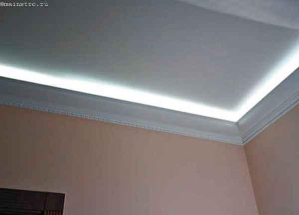 Подсветка потолка неоновыми светильниками из-под полистирольного карниза
