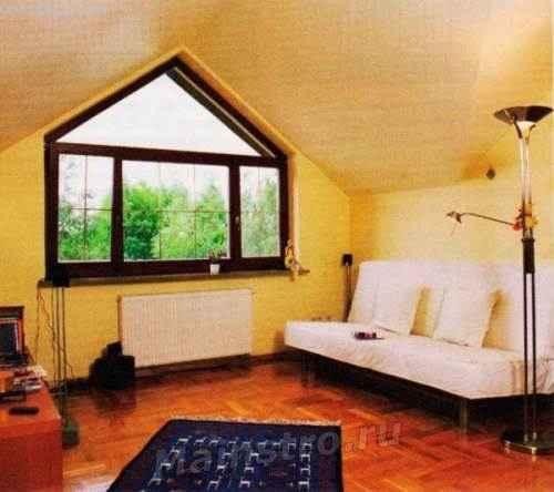 Окно имеет в несколько раз больший коэффициент тепловых потерь, чем стена, поэтому именно под ним должен быть установлен радиатор центрального отопления