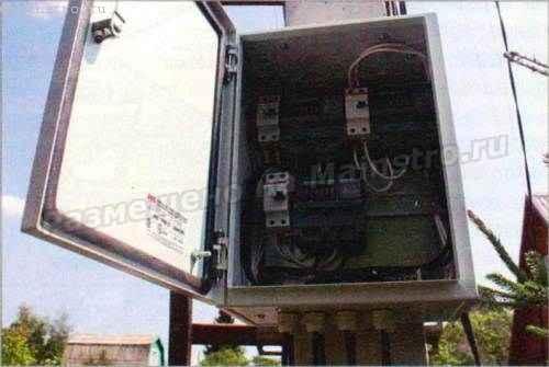 Электрооборудование размещено во влагоизолированном корпусе.