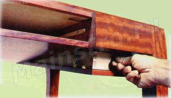 Журнальный столик с потайным ящиком