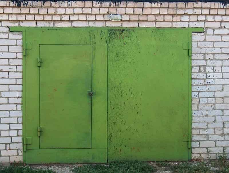 """Гаражные ворота распашного типа двустворчатые с отдельным входом """"через калитку"""""""