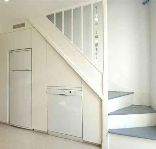 Пространство под лестницей.