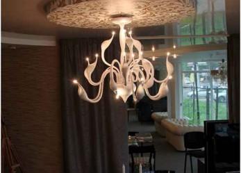 Светильники и люстры для натяжных потолков: правила подбора, установки и фотогид