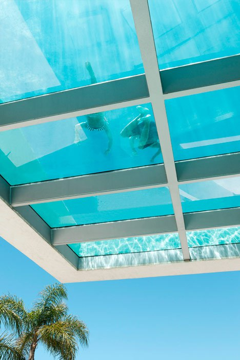 Бассейн на кровле дома с стеклянным полом, дом в Marbella