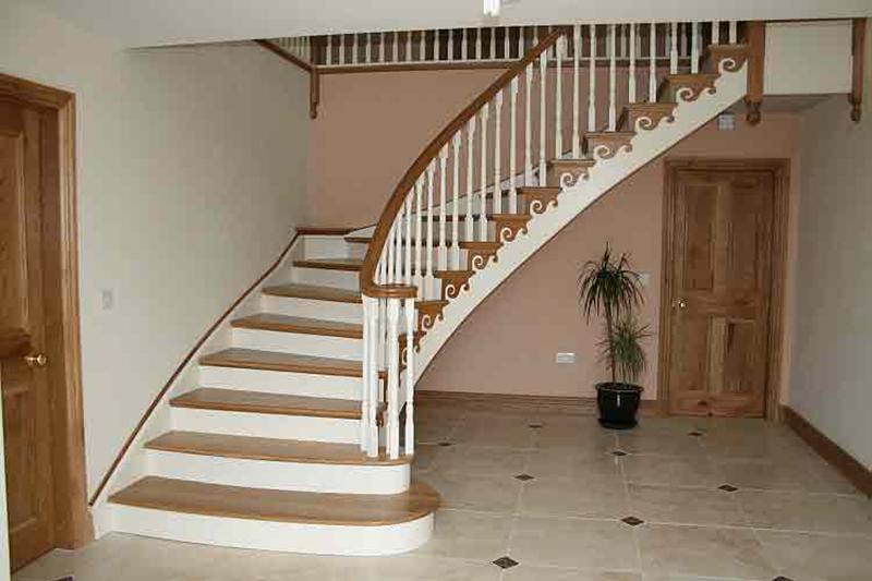 бетонная лестница, отделанная деревом