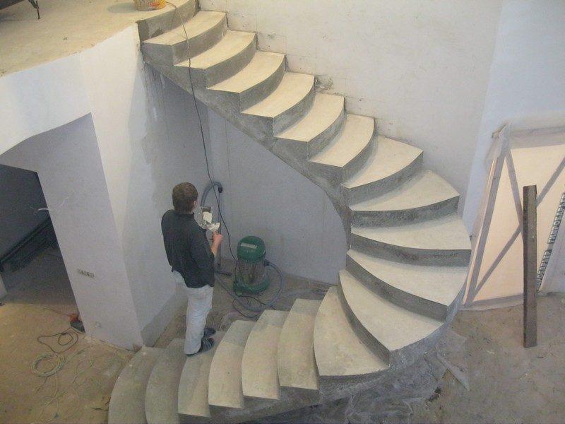Бетонная лестница в процессе постройки