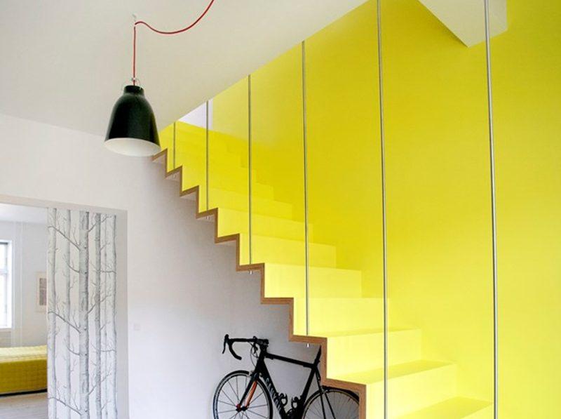 использование цветного стекла для ограждения лестницы